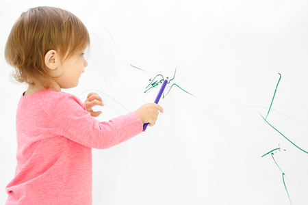 Dibujo de niña linda en la pared de luz