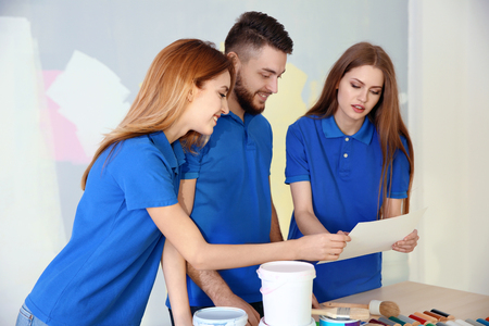 Young decorators in room prepared for repair Banque d'images - 109862482