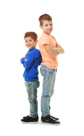 Mignons petits frères debout sur fond blanc