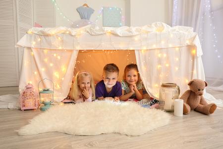 Mignons petits enfants dans une masure à la maison