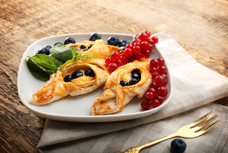 Tasty puff pastry with berries on plate Stockfoto