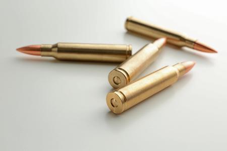 Balles de fusil sur fond blanc Banque d'images