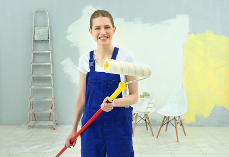 Young female decorator in empty room Banque d'images - 109934638