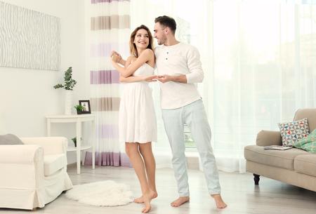 Joli jeune couple dansant à la maison Banque d'images