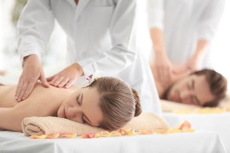 Jeune couple heureux se détendre dans un salon spa