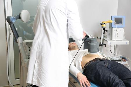 Diatermia inductiva de onda corta para hombres jóvenes en una clínica moderna
