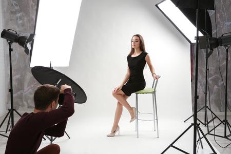 Fotógrafo que trabaja con modelo en estudio