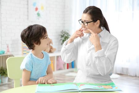 Maestra joven y niño en lección privada