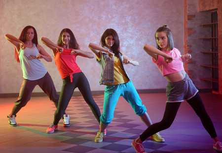 Grupo de jóvenes bailarines de hip-hop en estudio
