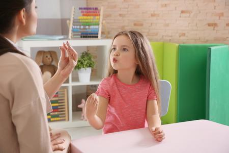 Junge Lehrerin und kleines Mädchen im Privatunterricht Standard-Bild