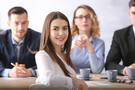 Commission des ressources humaines interviewant une femme