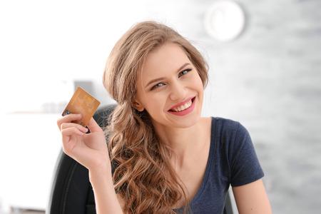 Mujer joven con tarjeta de crédito. Concepto de compras online Foto de archivo
