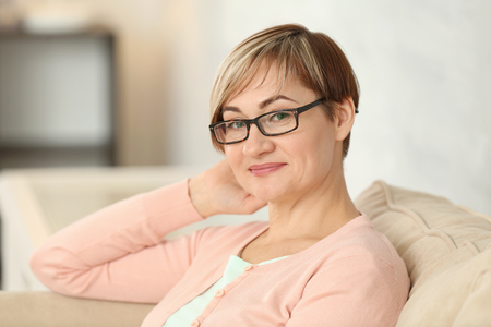 Portrait of mature woman wearing glasses at home Stockfoto