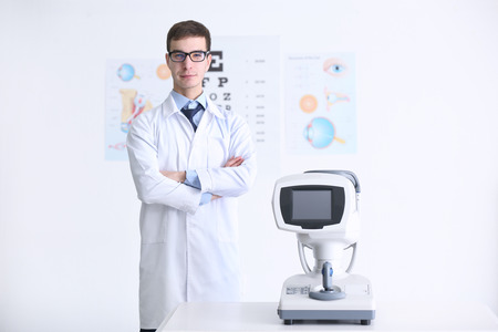 Beau jeune ophtalmologiste en clinique