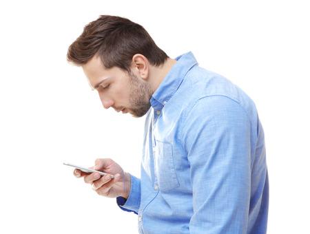 Concepto de postura incorrecta. Hombre con teléfono aislado en blanco Foto de archivo