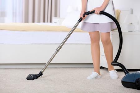 Salle de nettoyage de femme de chambre avec aspirateur