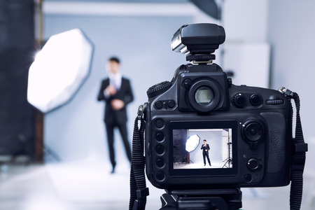 Vista de cerca de cámara profesional en estudio