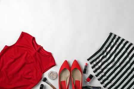 Ensemble de vêtements élégants et cosmétiques pour femme sur fond blanc