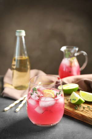 Glass with delicious wine spritzer on grey table 免版税图像