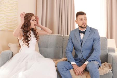 Giovane coppia che litiga a casa il giorno del matrimonio Archivio Fotografico