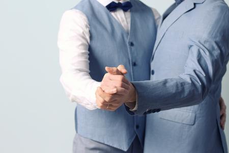 Gelukkig paar dat tegen kleurenachtergrond danst Stockfoto