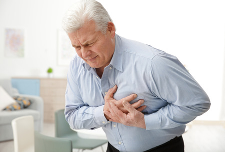 Uomo con dolore al petto che soffre di infarto in ufficio