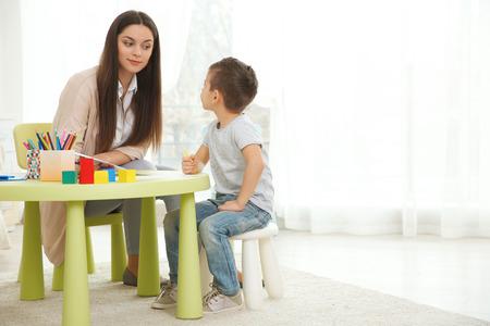 Psycholog dziecięcy pracujący z małym chłopcem