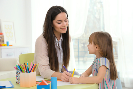 Young child psychologist working with little girl 版權商用圖片