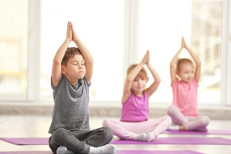 Groep kinderen die gymnastiekoefeningen doen