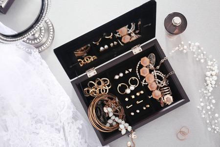 Kolekcja biżuterii w pudełku na biżuterię