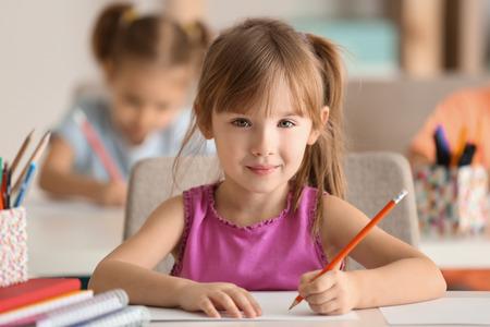 Dibujo de linda chica en el aula