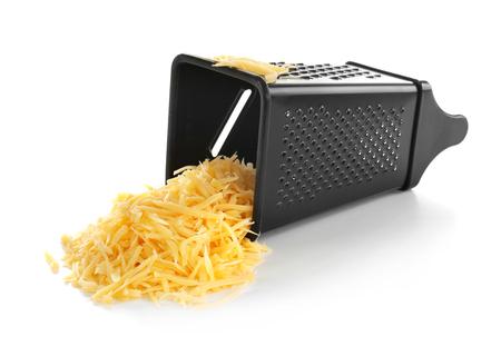 Grattugia in metallo e mucchio di formaggio isolato su bianco