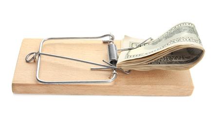 Pila de billetes en trampa para ratones sobre fondo blanco. Concepto de cebo de dinero Foto de archivo
