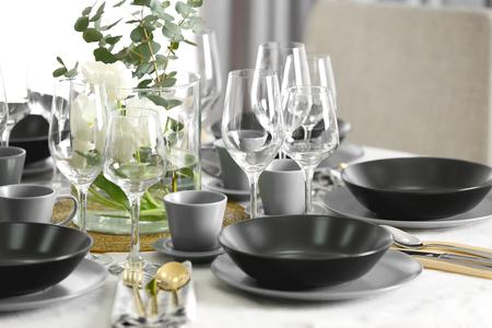 Ajuste de la tabla para cenar en el restaurante. Foto de archivo