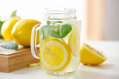 Glazen pot met limonade op lichttafel