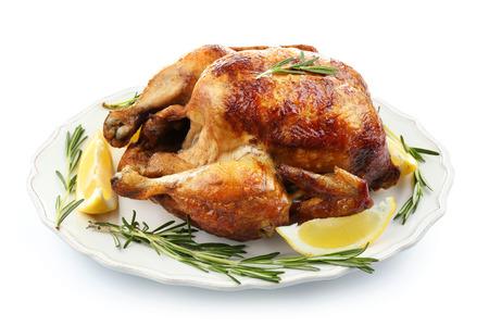Piatto con gustoso pollo al limone fatto in casa su sfondo bianco