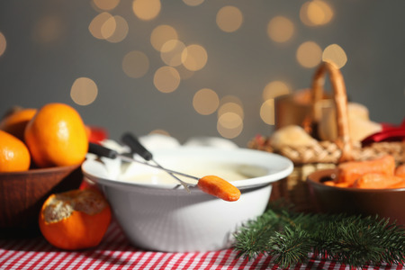 Bowl with cheese fondue on festive table Banque d'images