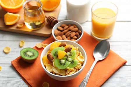 Cornflakes mit Früchten und Mandeln auf dem Tisch Standard-Bild