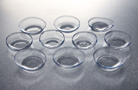 Kontaktlinsen auf grauem Hintergrund Standard-Bild