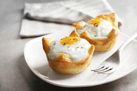 Lekkere gebakken eieren in deeg op plaat Stockfoto