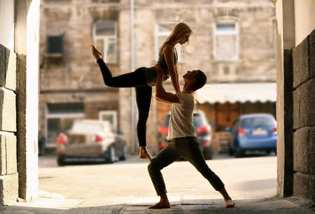 Gepassioneerd paar dat buiten danst Stockfoto