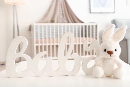 Jouet lapin tricoté avec décor sur table