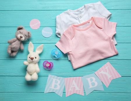 Komposition mit Babyzubehör auf Holzuntergrund