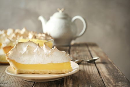 Morceau de délicieuse tarte au citron meringuée sur plaque Banque d'images