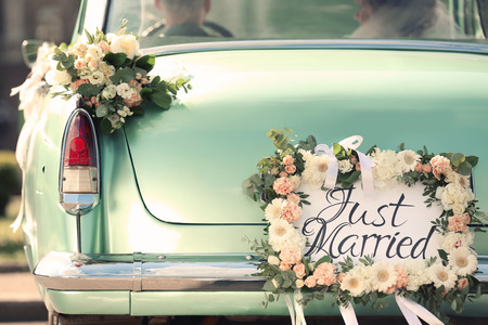 Hermoso coche de boda con placa RECIÉN CASADO Foto de archivo