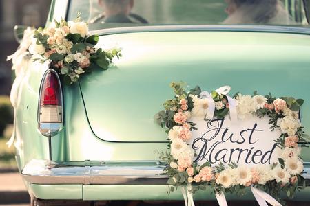 Schönes Hochzeitsauto mit Platte gerade verheiratet Standard-Bild