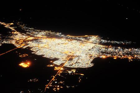 Vista nocturna de la gran ciudad desde la ventana del avión
