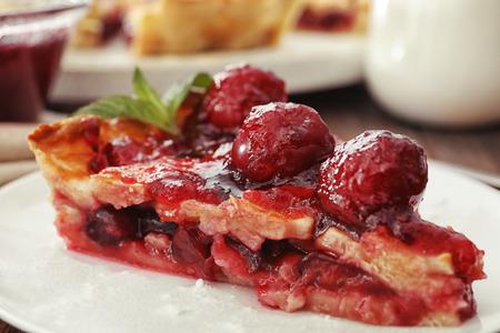 Delicious piece of cherry pie on plate, closeup 免版税图像