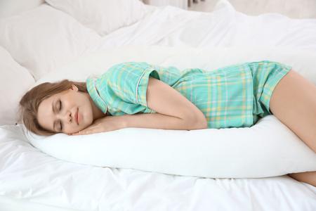 Piękna kobieta w ciąży śpiąca z poduszką na ciało Zdjęcie Seryjne