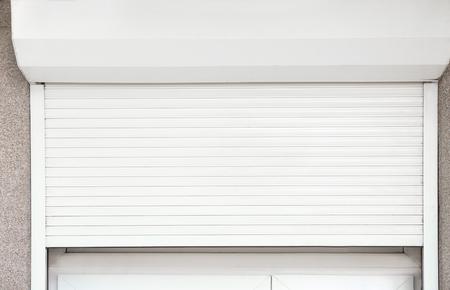 Fenster mit halbgeschlossenem Rollladen, Nahaufnahme Standard-Bild